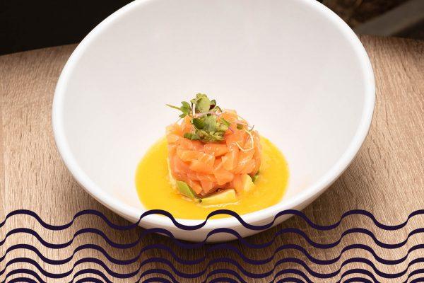 Tartar de salmón ahumado sobre gazpacho de mango y aguacate