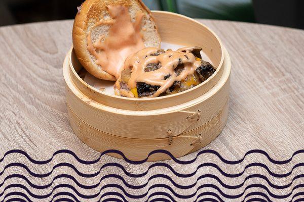 Burger de wagyu con cebolla caramelizada y salteado de champiñones en salsa chipotle