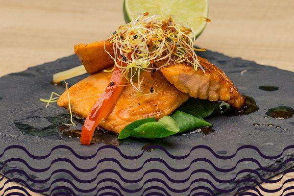 Salmón a la plancha con alioli de aguacate sobre arroz salteado