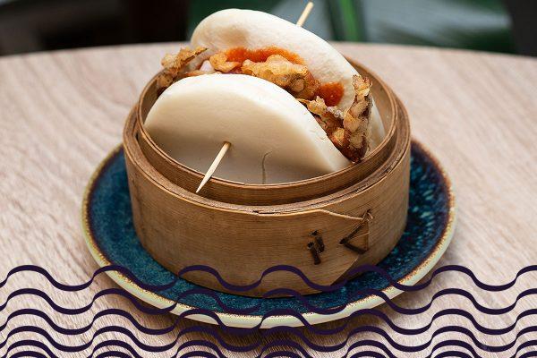 Bao de langostinos con rúcula y salsa de kimuchi y mayonesa