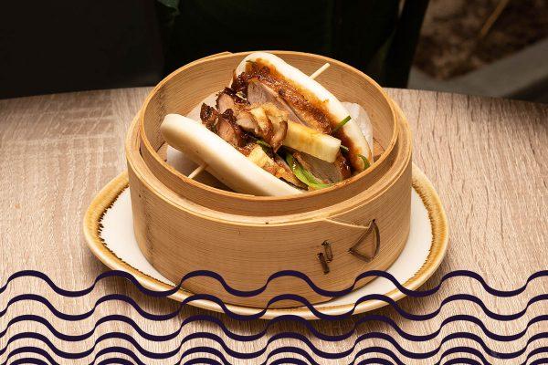 Bao de pato asado con cebollino, pepino y salsa hoisin