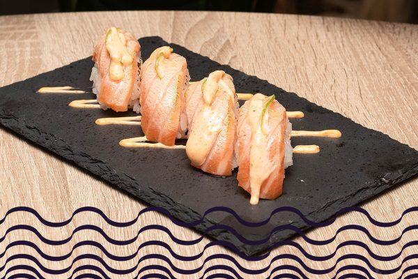 Nigiri de salmón flambeado con rodajita de lima