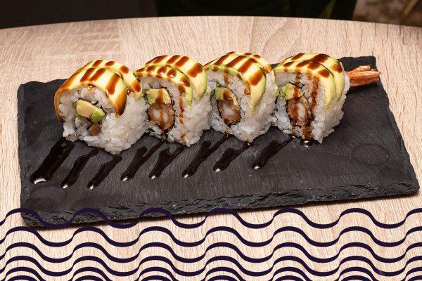 Sushi roll de tempura de langostino, aguacate y salsa anguila