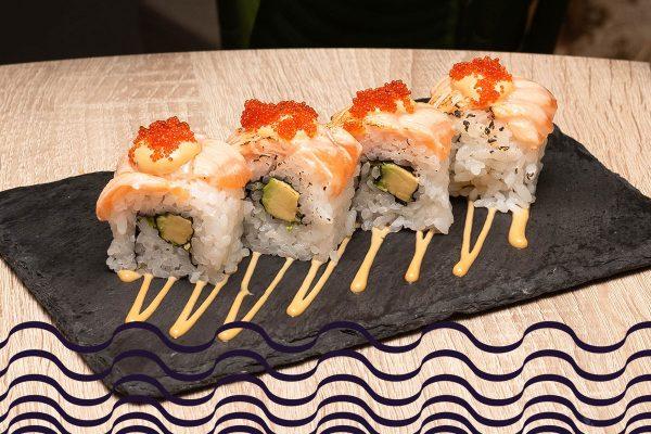 Sushi roll de salmón y aguacate con mostaza, miel y teriyaki