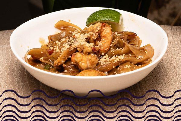 Pad Thai con pollo, verduras, gambas y cacahuete molido