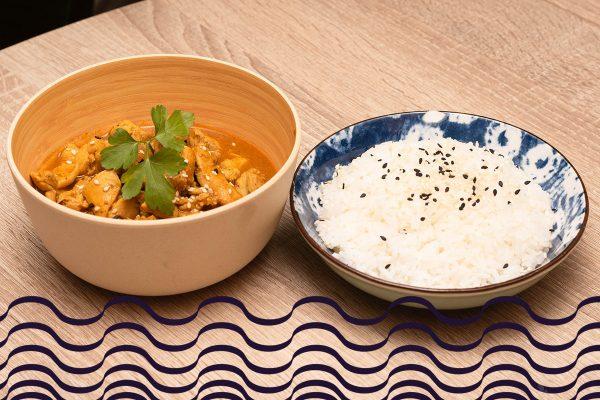 Arroz con pollo tikka masala estilo tandori y sésamo
